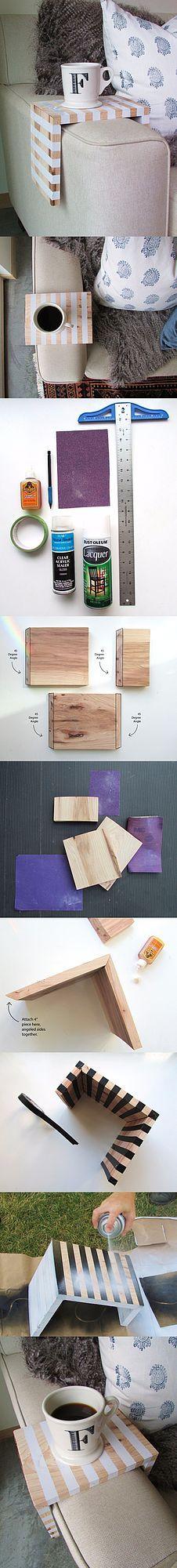 ¡Hazlo en casa! Se trata de una sencilla mesita de madera para el apoyabrazos de tu sofá. Es ideal para departamentos pequeños, en los que no tienes sitio para colocar otras superficies a los lados de