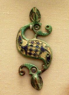 """""""Dragonesque"""" brooch - British Roman - century AD - """"The 'dragonesque' form of this brooch is typically Romano-British: first appearing after the start of the Roman conquest of southern England in AD but embodying native artistic taste. Medieval Jewelry, Viking Jewelry, Ancient Jewelry, Vikings, Ancient Rome, Ancient History, Magia Elemental, Alexandre Le Grand, Roman Jewelry"""