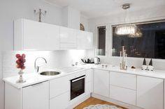 Sisustus - keittiö - Gloria-keittiöt - Moderni - 52934f23498e5d0348a5bca6 - sisustus.etuovi.com Kitchen Dining, Kitchen Cabinets, Dining Room, Minimal Kitchen, Cool Kitchens, Backsplash, Minimalism, Black And White, Awesome Kitchen