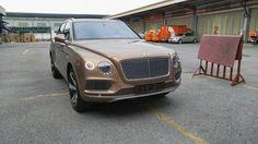 Sáng nay một trong 608 chiếc SUV hạng sang mạnh mẽ nhất thế giới đã về tới Việt Nam. Được biết chiếc Bentley Bentayga đầu tiên của Việt Nam được nhập khẩu theo yêu cầu của một đại gia miền Bắc theo diện không chính hãng.