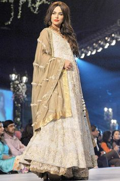 A model presents a creation by Pakistani designer Rani Emaan during the second day of the Bridal couture Week in Karachi. Pakistani Models, Pakistani Designers, Fashion Models, Fashion Beauty, Fashion Show, Traditional Trends, Middle Eastern Fashion, Pakistani Bridal Wear, Pakistan Fashion
