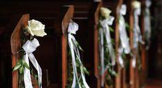 Weißer Blumenschmuck für die Kirche | HOCHZEIT FEIERN