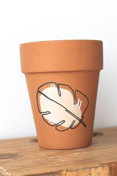 Painted Plant Pots, Painted Flower Pots, Painting Terracotta Pots, Painting Clay Pots, Decorated Flower Pots, Flower Pot Art, Flower Pot Design, Indoor Plant Pots, Potted Plants