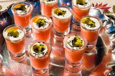 Castillo de Canena prepara excelentes y sencillas recetas gastronómicas. Una de ellas son los chupitos de tomate con queso de cabra y aceite de oliva virgen extra arbequino.