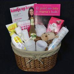 Hoera zwanger!!  Zo'n prachtige goed gevulde mand is een super leuk zwangerschapscadeau. Origineel om te geven bij bijv. een zwangerschapsverlof! Baby Hacks, Gift Baskets, Baby Room, Birth, Wraps, Presents, Parenting, Gift Wrapping, Kids