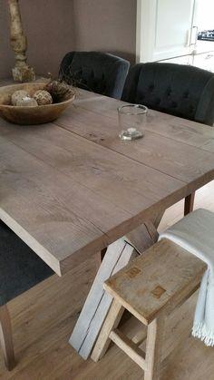 Hoffz stoelen met een robuuste houten tafel