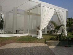 Toldo con vigas en blanco para bodas