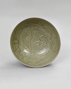 Bowl with Dragons among Clouds, China, Five Dynasties period, circa 10 century, stoneware with carved and incised decoration under celadon glaze Chinese Bowls, Chinese Art, Celadon, Vases, Chinese Ceramics, Pottery Making, Glazed Ceramic, Ancient Art, Stoneware