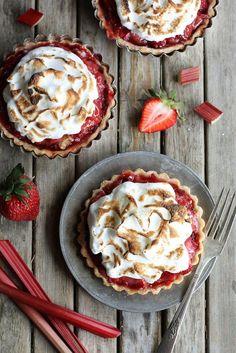 Mhmmm... diese Erdbeer-Rhabarber-Tartelettes sind einfach himmlisch!  http://www.gofeminin.de/kochen-backen/erdbeer-rhabarber-rezepte-s1864442.html