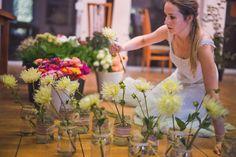 Przygotowywanie bukietów na stoły weselne.