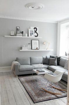 salon scandinave, chaise balançoire et étagères murales blanches