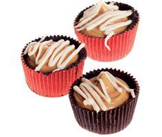 """Servera dessa smakfulla jordnötspraliner till kaffet eller ta med som en fin """"gå bort""""-present. Pensla den smälta, mörka chokladen på insidan av formarna före du klickar i blandningen av jordnötssmör och honung. Toppa med ringlad vit choklad."""