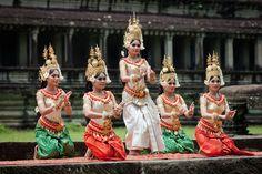 Angkor wat women