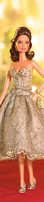 Judith Leiber Barbie Doll tem como acessório uma bolsinha de mão ... Premium designer outlet online boutique at luxlu.com
