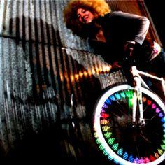 Start a Party!..Inizia la festa! Quando il sole tramonta renditi Visibile – la Monkey Light M232 trasforma il tuo giro serale in bicicletta in un Party. Il sistema a led Monkey crea migliaia di fantastiche trame luminose sulla ruota della tua bici. Con la M232 sarai visibile e ti farai notare con stile.