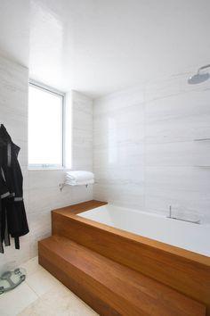 Bagno Adamos Residence by Varda Studio Discover The Huntington Library, Art Collections, and Botanic Bathroom Design Software, Bathroom Tile Designs, Bathroom Layout, Bathroom Interior, Modern Bathroom, Small Bathroom, Master Bathroom, Square Bathtub, Bath Steps