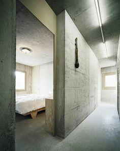 Entrada abierta a dormitorio.  Concrete.