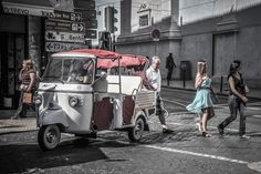 À Lisbonne, les passants s'attardent l'après-midi autour de la place Chiado, son quartier commerçant qui alterne les boutiques au charme désuet et les grandes enseignes. Le soir, on y vient surtout pour sortir dans les nombreux musées et théâtres qui bordent les alentours de la place. Photographie de Jean-Michel Pouy - National Geographic France
