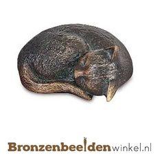 Dierenbeeld van een slapend katje van brons met veel detail afgewerkt. #kattenbeeld #beeld kat #bronzen kat #beeld poes #tuinbeeld kat Spoon Rest, Cat Stuff