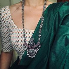Gold And Silver Earrings Hoops Simple Sarees, Trendy Sarees, Stylish Sarees, Saree Blouse Patterns, Sari Blouse Designs, Indian Designer Outfits, Indian Outfits, Saree Jewellery, Sari Dress