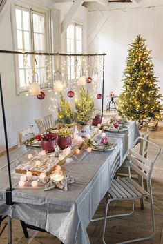 Een tafelklem boven de tafel met assecoires eraan zorgt voor een nog gezelligere tafel. #kerst #intratuin