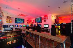 Le Reset bar est officiellement ouvert - Aménagé sur deux niveaux, le Reset peut accueillir une centaine de clients dans une atmosphère cosy et chaleureuse. Le bar a la volonté de devenir un lieu de festivité et de fun où l'on se retrouve...
