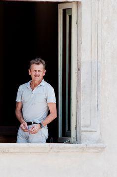 Mikhail Baryshnikov is facing the window of the first floor of Casa Menotti. Mikhail Baryshnikov, Window, Portraits, Floor, Italy, Events, Dance, Home, Musica