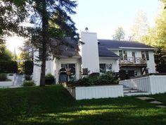NOUVEAUTÉ SUR LE MARCHÉ ! Superbe propriété au bord du lac Dupuis, Estérel - 798 000 $ Outdoor Structures, Landing, Real Estate, Home