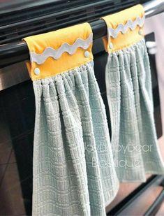 Kitchen Towels Hanging, Christmas Kitchen Towels, Kitchen Hand Towels, Hanging Towels, Diy Sewing Projects, Sewing Projects For Beginners, Sewing Crafts, Dish Towel Crafts, Dish Towels