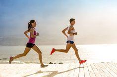 Πώς θα χτίσεις σταδιακά την αντοχή σου και θα αποφύγεις τους τραυματισμούς; Δες παρακάτω 8 τρόπους. Επιβράδυνε το ρυθμό σου. Θα εξοικονομήσεις ενέργεια από αυτά τα έξτρα χιλιόμετρα που θα ρίξεις το ρυθμό σου. Θα πρέπει να νιώθεις άνετος ώστε να μπορείς να συζητάς. Ένας καλός κανόνας είναι: πρόσθεσε 60-90 δευτερόλεπτα ανά χιλιόμετρο στον κανονικό …