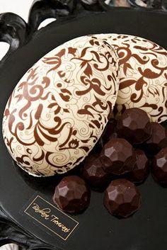 Ovos de Páscoa Decorado Chocolate Work, Chocolate Delight, Chocolate Cheese, Chocolate Shop, Easter Chocolate, How To Make Chocolate, Chocolate Truffles, Chocolate E Queijo, Chocolate Centerpieces