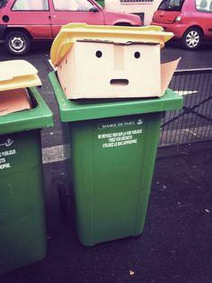 Une poubelle avec un carton qui ressemble à Donald Trump