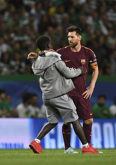 A fan enter the pitch to hug Barcelona's Argentinian forward Lionel Messi during the UEFA Champions League Group D football match Sporting CP vs FC Barcelona at the Jose Alvalade stadium in Lisbon on September 27, 2017. / AFP PHOTO / FRANCISCO LEONG