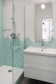 Douche aux couleurs claires - Effet en mélangeant deux couleurs de carrelage.