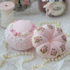 Wonderful Ribbon Embroidery Flowers by Hand Ideas. Enchanting Ribbon Embroidery Flowers by Hand Ideas. Floral Embroidery Patterns, Hand Embroidery Stitches, Silk Ribbon Embroidery, Embroidery Hoop Art, Hand Embroidery Designs, Cross Stitch Embroidery, Embroidery For Beginners, Embroidery Techniques, Brazilian Embroidery