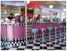 Bar stools around the serving counter. Fifties Diner, Vintage Diner, Retro Diner, Retro Cafe, Diner Aesthetic, Milkshake Bar, Diner Decor, Retro Makeup, American Diner