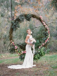 oversized greenery and flower wreath as a wedding backdrop – Guirlanda de Flores Wedding Fotos, Mod Wedding, Rustic Wedding, Wedding Ceremony, Dream Wedding, Spring Wedding Decorations, Wedding Wreaths, Spring Weddings, Wedding Trends