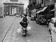 L'uomo del ghiaccio Un uomo trasporta blocchi di ghiaccio in motorino, a Milano, nel giugno 1961 (Photo by Keystone/Getty Images)