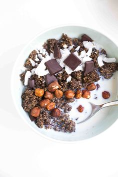 Dark Chocolate and Almond Quinoa Porridge - A delicious and healthy breakfast option, packed with protein and antioxidants. A perfect vegan, gluten-free, high fibre breakfast.