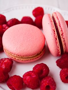 Raspberry macaroons for teapots – marmiton cooking recipe: recipe cuisine by Mango Desserts, Raffaello Dessert, Raspberry Macaroons, Paris Food, Thermomix Desserts, Profiteroles, Perfect Cookie, Food Cakes, Love Food