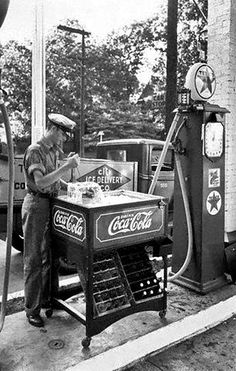 Ice Block Picking Coca Cola Service Station Vintage Reprint Of Old Photo Coca Cola Vintage, Coca Cola Ad, Always Coca Cola, World Of Coca Cola, Vintage Ads, Vintage Advertisements, Drive In, Pompe A Essence, Old Gas Pumps