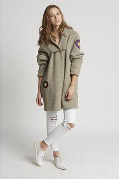 Wełniany, jasny płaszcz- narzutka z aplikacjami. - Manushop - Płaszczyki #crochet #manu #manushop #handmade #fashion