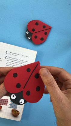 Super cute and easy ladybug bookmark corner! We LOVE corner bookmarks and these ladybirds are so easy and fun to make! Take a look and learn today! Paper Crafts Origami, Paper Crafts For Kids, Origami Easy, Preschool Crafts, Felt Crafts, Origami Videos, Origami Bird, Origami Folding, Creative Bookmarks