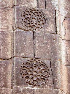 SONSUZA KADAR KALACAK OLAN, BENGÜTAŞLAR ÜZERİNDEKİ HAYAT AĞACI, HAYAT SUYU VE HAYAT ÇİÇEĞİ İKONOGRAFİLERİ. Flower Of Life, Türk Selçuklu sanatında ayrı bir öneme sahiptir ve mezar taşlarından türbe ve camii süslemelerine kadar her yerde görülür. İnsana SONSUZLUK hissi verir. Fraktal gibi. Hayat Suyu, İbrik ya da ona benzer bir Kap içinde sunulur sanki ölen kişiye.. Hayat Ağacı formu Türkler için kutlu kabul edilen KAVAK ya da SELVİ'dir çoğu zaman. Nuray Bilgili..