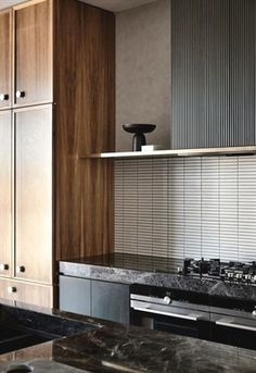 Subtly interweaving old and new, the St Kilda East House by Luke Fry Architecture & Interior Design does not seek to transform the stately art deco original. Contemporary Interior Design, Interior Design Kitchen, Interior Decorating, Interior Paint, Kitchen Designs, Japan Design Interior, Interior Colors, Farmhouse Interior, Cocina Art Deco