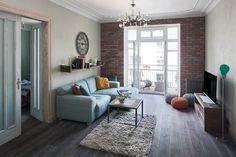 Apartament na Mokotowie – salon. Foto: Rafał Nebelski | tryc.pl #interiors #design #salon #lamp #wall #wood #flor #door #oldhouse