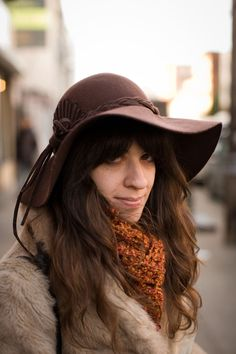 Street style: '70s style floppy hat