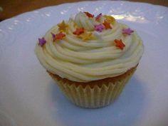 Easy Lemon Cupcakes Recipe http://www.thecakerecipe.co.uk/lemon-cupcakes-2/