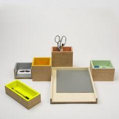 Wenn der Arbeitsplatz zu trist und grau ist, kommen mit Utensilo Farben und Formen auf den Tisch. Utensilo ist nicht nur ein Behälter, sondern viele. Mit den vielen bunten Kästchen strahlt der Schreibtisch jeden Tag im neuen Look. Ob Notizblock, Stifte, Radiergummi, Papier, Tacker oder Tesafilm – alles findet in ihm seinen Platz und kann je nach persönlichem Bedarf auf der Arbeitsfläche drapiert werden.Material: Aussen: Eiche Natur glatt geschliffenInnen: Eiche lackiertMaße in mm Länge x ...