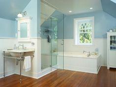 Badezimmer mit Schrägen gestalten-Parkettboden-Wandbordüre in Weiß-Blau